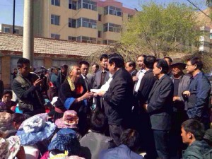 Tibetan 'substitute teachers' petition local government authorities on 30 April 2014. (Photo: Tibet Times)